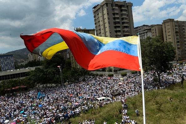 Miles de venezolanos atendieron a la convocatoria de la opositora Mesa de la Unidad Democrática marchan hasta la sede principal de la Conferencia Episcopal. (Foto: FEDERICO PARRA/AFP/Getty Images)