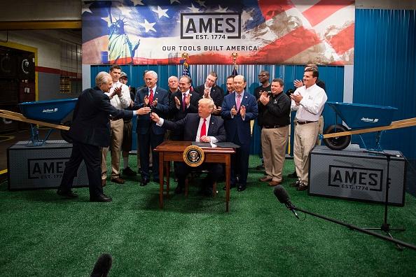 Los decretos son para ordenar al Departamento de Comercio, además revisar y hacer un estudio de los acuerdos comerciales de la nación. (Foto: JIM WATSON/AFP/Getty Images)