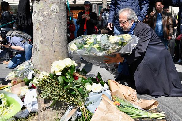 En la avenida de los Campos Elíseos, en el corazón de París, se colocaron flores en el lugar del ataque en que murió un policía. Photo by Jeff J Mitchell/Getty Images.