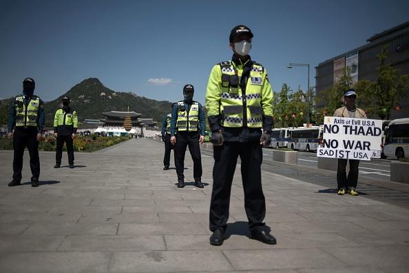 En medio de las tensiones en la península coreana, un manifestante sostiene un cartel que denuncia el sistema de defensa anti-misiles de THAAD en Seúl desplegado por EEUU el 26 de abril de 2017.  (Photo credit should read ED JONES/AFP/Getty Images).