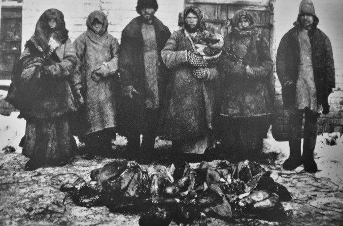 Los campesinos se paran frente a los restos humanos. El canibalismo fue generalizado durante la hambruna rusa entre 1921 y 1922. (Creative Commons / Wikimedia)