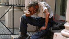 Turista se acerca a un hombre sin hogar sentado en la calle y alguien filma una escena para llorar
