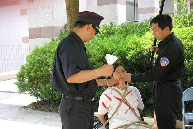 Una manifestación pacífica de Falun Dafa en Chicago mostrando cómo funcionarios del Partido Comunista alimentan forzadamente a los practicantes en prisión. (Minghui.org)