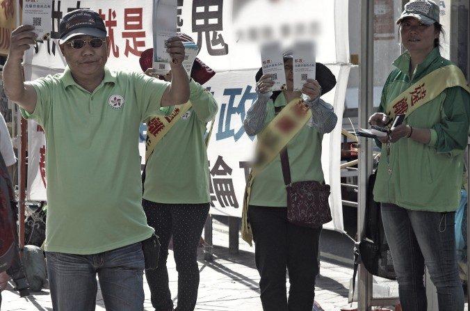 Los miembros de la Asociación de Asistencia a los Jóvenes en Hong Kong realizan una protesta anti-Falun Gong en Hong Kong el 18 de abril de 2015. (Poon Zai-shu / La Gran Época).