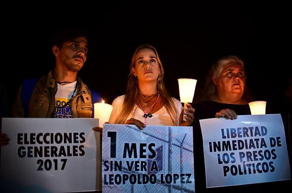 Lilian Tintori, esposa del líder de la oposición venezolana encarcelado Leopoldo López, no había podido ver a su marido durante los más 30 días, frente a la cárcel de Ramo Verde donde López está encarcelado, en Los Teques, Estado de Miranda, el 23 de abril de 2017. (Foto: RONALDO SCHEMIDT/AFP/Getty Images)