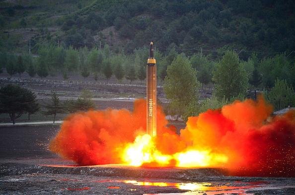 Un lanzamiento de prueba del cohete balístico estratégico de largo alcance en una localización no revelado el 14 de mayo de 2017. (Foto: STR/AFP/Getty Images)
