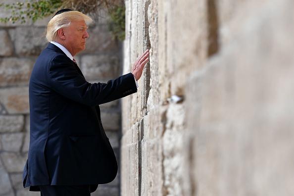 El Presidente de los Estados Unidos, Donald Trump, visita el Muro de los Lamentos, el lugar más sagrado donde los judíos pueden orar, en Jerusalén el 22 de mayo de 2017. (MANDEL NGAN / AFP / Getty Images)