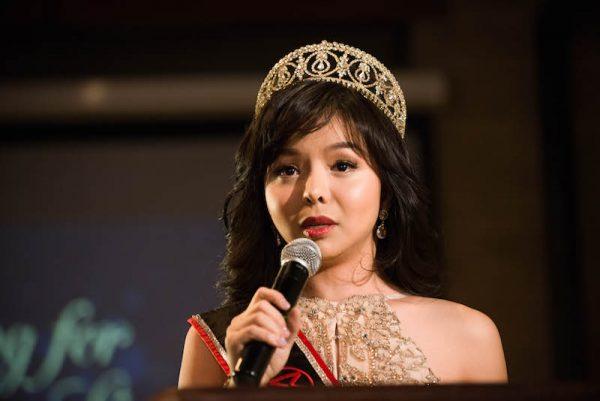 Anastasia Lin, Miss Mundo Canadá, habla con sus seguidores en un evento en su honor en el Spoke Club, en el centro de Toronto el 15 de diciembre de 2015. (Matthew Little/La Gran Época)
