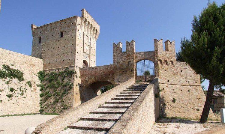 Castello de Montefiore.  Una de las propiedades que Italia concede gratuitamente dentro de un nuevo proyecto turístico. (Wikimedia)