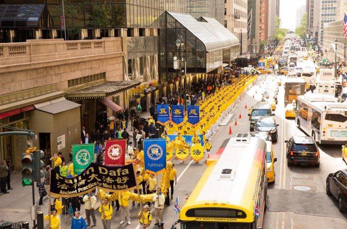 Miles de practicantes de Falun Dafa marchan en un desfile por la calle 42 en Nueva York celebrando el Día Mundial de Falun Dafa el 12 de mayo de 2017. (Evan Ningn / La Gran Época)