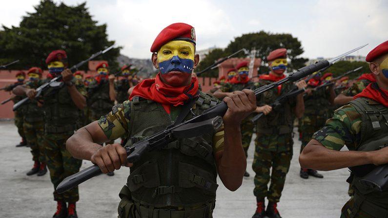 Soldados venezolanos en una conmemoración el 4 de febrero de 2013. En los últimos años el ejército ha tomado un rol cada vez más preponderante bajo el liderazgo del presidente Nicolás Maduro. (JUAN BARRETO / AFP / Getty Images)