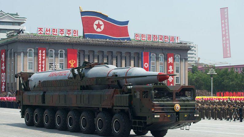 Un misil norcoreano de la clase de Taepodong se exhibe durante un desfile militar más allá de la plaza de Kim Il-Sung que marca el 60.o aniversario del armisticio de guerra coreano en Pyongyang, el 27 de julio de 2013. (Ed Jones/AFP/Getty Images)
