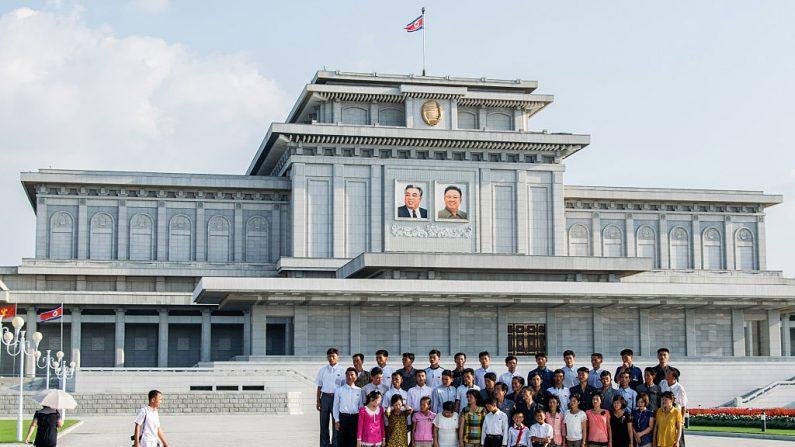 Un grupo de gente se toma una fotografía delante de la tumba de Kim Il-sung y Kim Jong Il en El Palacio del Sol de Kumsusan, el 23 de agosto de 2015 en Pyongyang, Corea del Norte. (Xiaolu Chu / Getty Images)