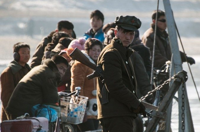 Un soldado norcoreano hace guardia en el río Yalu, frente a la ciudad fronteriza china de Dandong, el 9 de febrero de 2016. (JOHANNES EISELE / AFP / Getty Images)