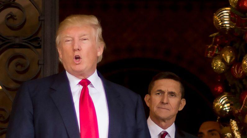 Donald Trump (Izq.) con el entonces asesor de Seguridad Nacional, Michael Flynn (Der.) en Palm Beach, Florida. La Casa Blanca anunció el 13 de de febrero de 2017 que Flynn presentó su dimisión como consejero de seguridad nacional en medio de una escalada de la controversia sobre sus contactos con Moscú. (JIM WATSON / AFP / Getty Images)