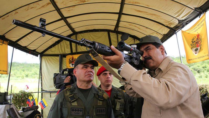 Nicolas Maduro (Cen.) examina un rifle francotirador de fabricación rusa durante ejercicios militares en Carcas el 14 de enero 2017. (JUAN BARRETO/AFP/Getty Images)