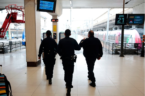 Agentes policiales en la estación Gare du Nord de París. (Foto:  GEOFFROY VAN DER HASSELT/AFP/Getty Images)