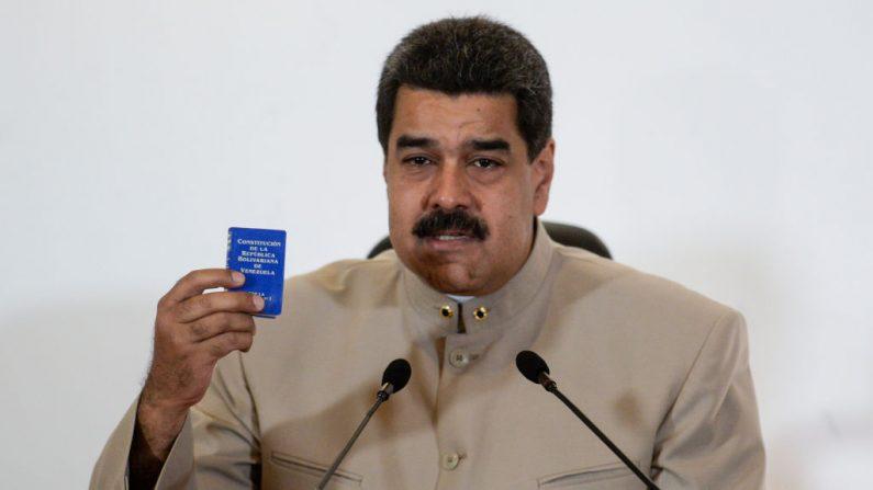 El presidente de Venezuela Nicolás Maduro habla durante el anuncio oficial del decreto de convocatoria para la reescritura de la constitución del Consejo Nacional Electoral (CNE) en Caracas el 3 de mayo. (FEDERICO PARRA / AFP / Getty Images)