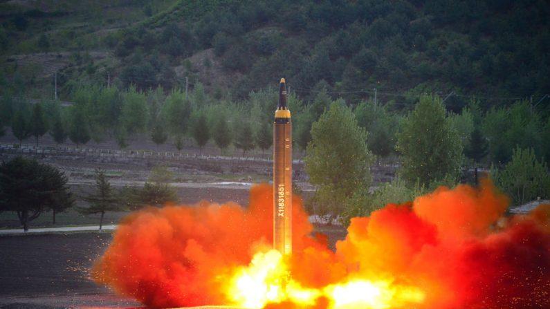 Captura de pantalla tomada el 14 de mayo de 2017 de la agencia de noticias oficial de Corea del Norte (KCNA) muestra el lanzamiento de prueba del cohete balístico estratégico de largo alcance medio-a-tierra Hwasong-12 en una localización no revelada. (STR/AFP/Getty Images)