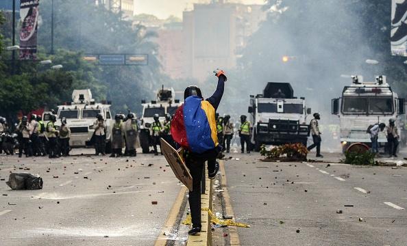 Un joven murió tras ser baleado durante las protestas en Venezuela contra Nicolás Maduro.  (Foto: FEDERICO PARRA/AFP/Getty Images)