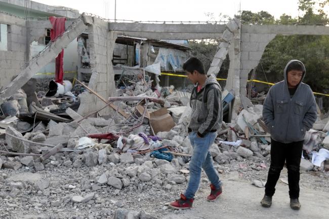 Suman 14 los muertos y 22 heridos tras la explosión registrada la noche del martes en un depósito de fuegos pirotécnicos en la comunidad de San Isidro, municipio de Chilchotla, confirmó la Secretaría General de Gobierno. NOTIMEX/FOTO/CARLOS PACHECO/FRE/DIS/