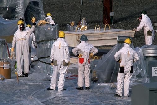 Personal de una central nuclear manipulando materiales peligrosos. Foto: Getty Images.