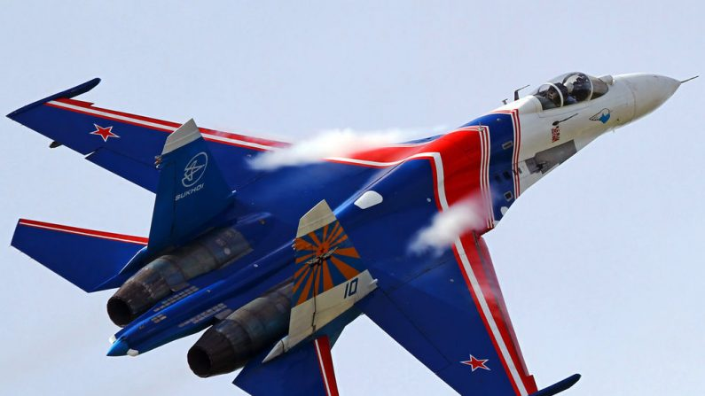Su-27P del equipo acrobático Russian Knights de la Fuerza Aérea Rusa. Foto Wikimedia Commons.