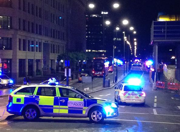 Una fotografía tomada en el teléfono móvil muestra los coches de la policía británica que bloquean la entrada al puente de Londres en el centro de Londres el 3 de junio 2017 después de un incidente en el puente.  (Foto: DANIEL SORABJI/AFP/Getty Images)