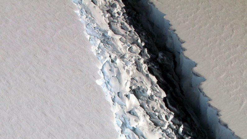 Gigantesco iceberg de la Antártida está a punto de desprenderse por la ampliación de la grieta que creció con gran rapidez esta semana, reportan investigadores del Project Midas (Imagen: NASA)