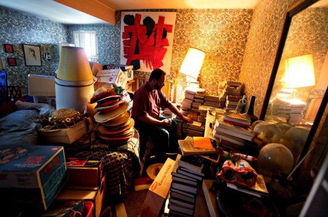 Greg Martin se prepara para limpiar las pertenencias en casa de su madre en San Diego, California, el 8 de abril de 2011. (Sandy Huffaker/Getty Images for YOU Magazine)