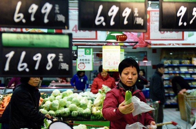 Un cliente selecciona verduras en un supermercado en Hangzhou, en la provincia de Zhejiang, este de China, el 10 de marzo de 2016. (STR / AFP / Getty Images)