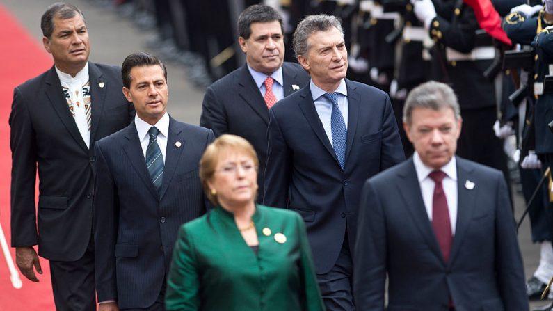 Presidentes de: Chile, Michelle Bachelet (1ª línea Izq.); Colombia, Juan Manuel Santos (1ª línea Der.); México, Enrique Pena Nieto (2ª línea Izq.); Argentina, Mauricio Macri (2ª línea Der.); Ecuador, Rafael Correa (3º. Línea Izq.) y Paraguay, Horacio Cartes, en Lima el 28 de julio de 2016 para la asunción de Pedro Pablo Kuczynski como expresidente de Perú.  (ERNESTO BENAVIDES / AFP / Getty Images)