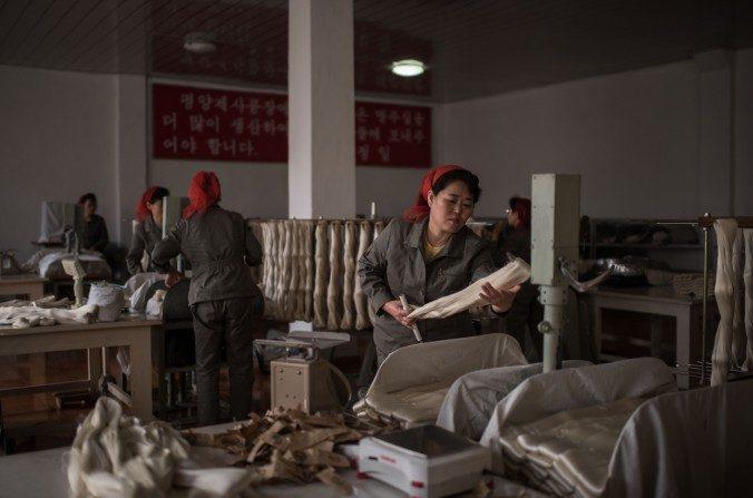 Una obrera procesa seda en la Planta de Seda Kim Jong Suk en Pyongyang, Corea del Norte, febrero de 2017. (Ed Jones/AFP/Getty Images)
