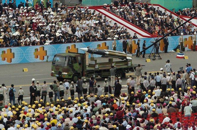 Desfile militar en Taiwán con armas de fabricación nacional, octubre de 2007. (TONY HUANG/AFP/Getty Images)