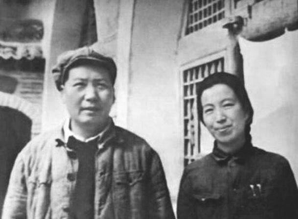 Una fotografía de 1946 con Mao y su cuarta esposa, Jiang Qing. (Dominio público)