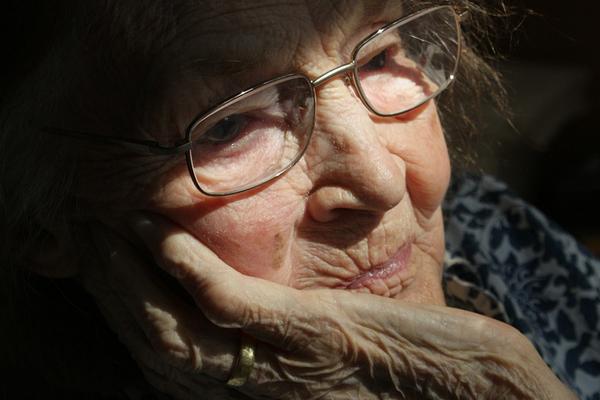 Mujer vieja pensando