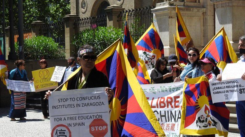 Manifestación pacífica de  la plataforma 'Stop Institutos Confucio' ante la Universidad de Zaragoza con motivo de la próxima apertura de uno de los institutos en Zaragoza. (La Gran Época)