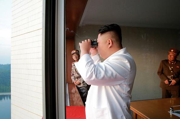 Kim Jong-un supervisando la maniobra. Foto: STR/AFP/Getty Images.