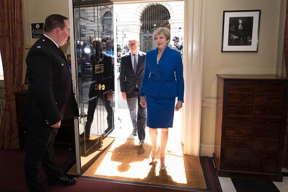 Theresa May fue a pedir a la Reina Isabel II su aval para formar gobierno con un partido minoritario irlandés el 09 de junio de 2017. Foto: Stefan Rousseau - WPA Pool/Getty Images.