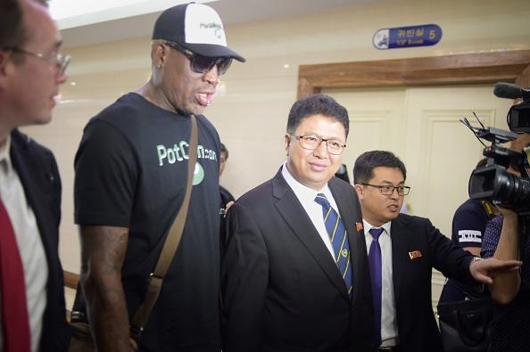 Rodman y su acompañante fueron recibidos por varios periodistas y fotógrafos y también el funcionario Son Gwang-Ho, viceministro de Deportes y Cultura de Corea del Norte. Foto: KIM WON-JIN/AFP/Getty Images.
