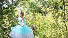 Adolescente soprende a su hermanita vestido de príncipe azul para mágicas fotos en su cumpleaños