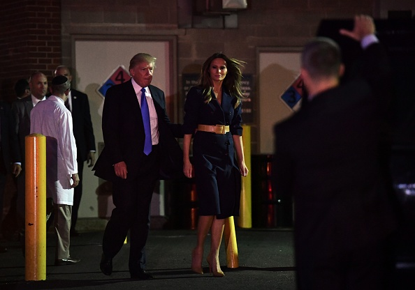 Donald Trump junto a su esposa saliendo del hospital. Foto: NICHOLAS KAMM/AFP/Getty Images