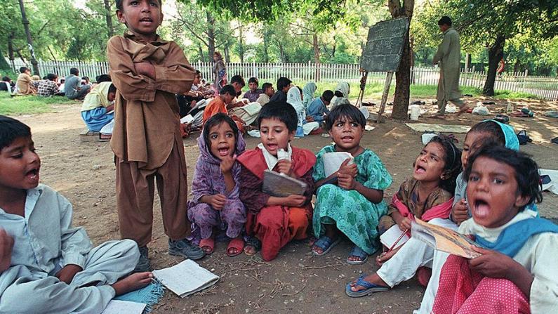 Niños estudiando en una calle en Delhi. Imagen Ilustrativa. (Saeed Khan/AFP/Getty Images)
