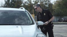Mujer de 38 años se hace pasar por su hija de 21 y la arrestan en una parada de tráfico