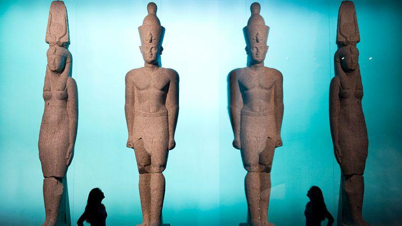 Estatuas del rey Ptolomeo II y Arsinoe de alrededor de 283-246 a C. (Crédito: Museo Británico/JUSTIN TALLIS/AFP/Getty Images)