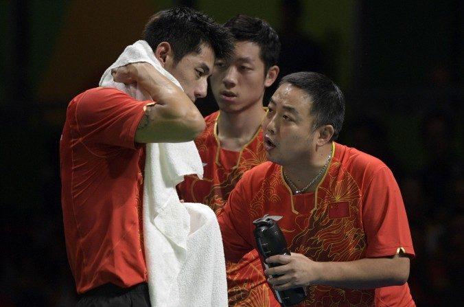 El entrenador Liu Guoliang (derecha) aconseja a Zhang Jike (izquierda) de China, después de perder en las semifinales de tenis de mesa del equipo masculino contra Corea del Sur en Riocentro durante los Juegos Olímpicos Río 2016 en Río de Janeiro el 15 de agosto, 2016. (JUAN MABROMATA / AFP / Imágenes Getty)