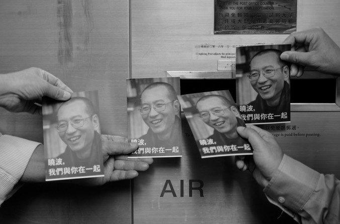 Manifestantes sostienen imágenes de Liu Xiaobo en Hong Kong, 5 de julio de 2017. (Anthony Wallace/AFP/Getty Images)