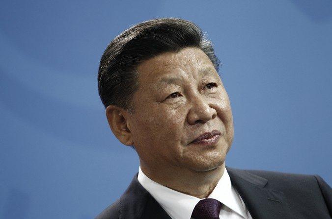 """El presidente chino, Xi Jinping, habló a la prensa durante un comunicado de prensa en la cancillería alemana en Berlín el 5 de julio de 2017. El 19 de julio, Xi pidió a los funcionarios de solicitudes que """"hicieran todo lo posible para resolver los agravios públicos"""". (Tantussi / Getty Images)"""