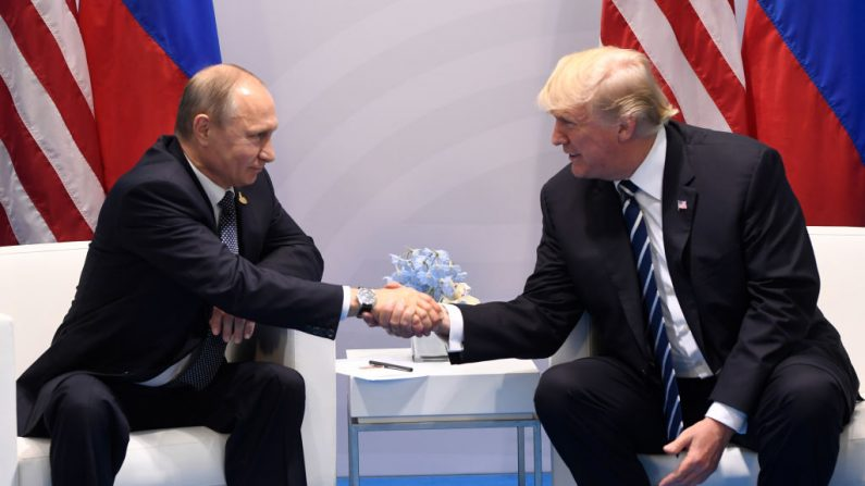 El Presidente de Estados Unidos, Donald Trump, y el Presidente de Rusia, Vladimir Putin, se estrechan la mano durante una reunión en el marco de la Cumbre del G20 en Hamburgo, Alemania, el 7 de julio de 2017. Foto Gettyimages/ AFP PHOTO / SAUL LOEB )