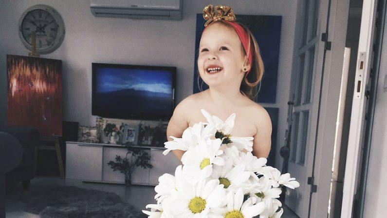 """15 impresionantes fotos de """"vestidos"""" super creativos que confeccionó una madre a su hija de 3 años"""